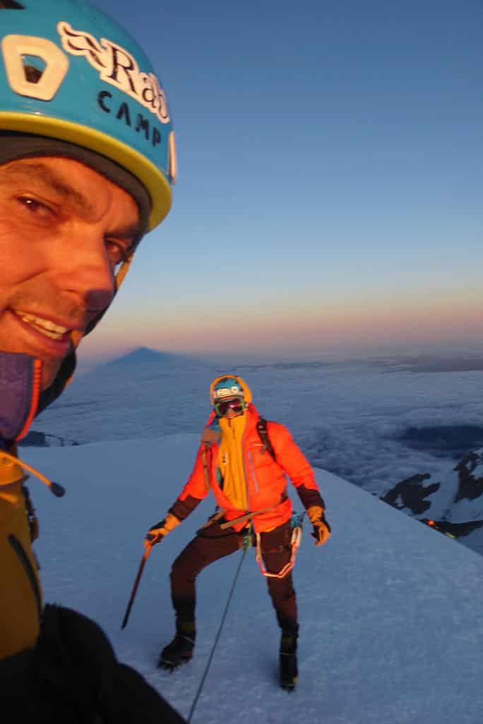 Fernando Calvo llegando a la cumbre del Mont Blanc cuya sombra se proyecta a su espalda
