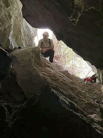 Ismael Mendez. investigador de Bribones, rastreando una cueva en el concejo de Sobrescobio