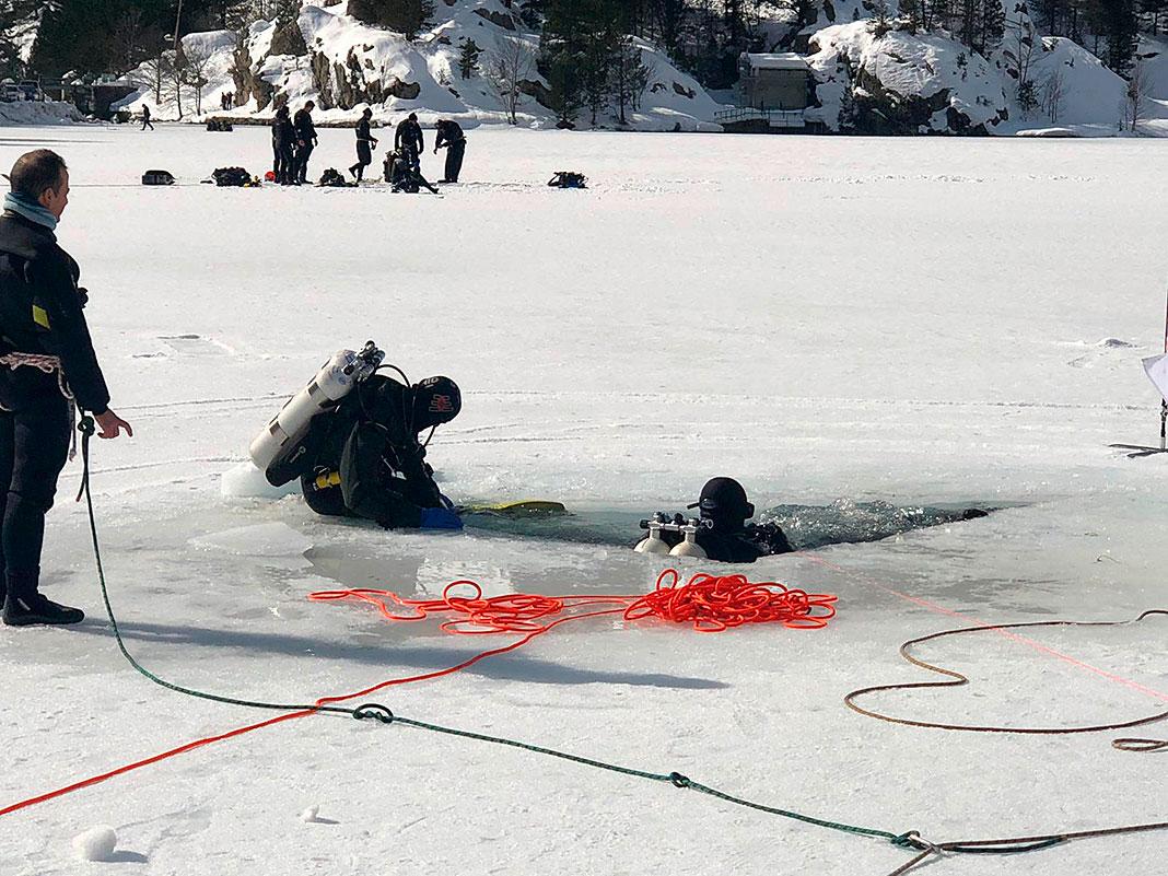 Grupo de Investigación Histórica Los Bribones realizando trabajos subacuáticos bajo hielo.