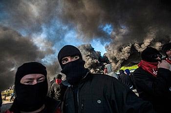 Mineros asturianos entre el humo de las barricadas con las que cortaron la circulación en la autopista Y en mayo de 2012