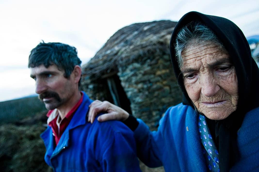 Victoria Uría se apoya en el hombro de su hijo en el pueblo de Santiso, en Ibias. Enero de 2006