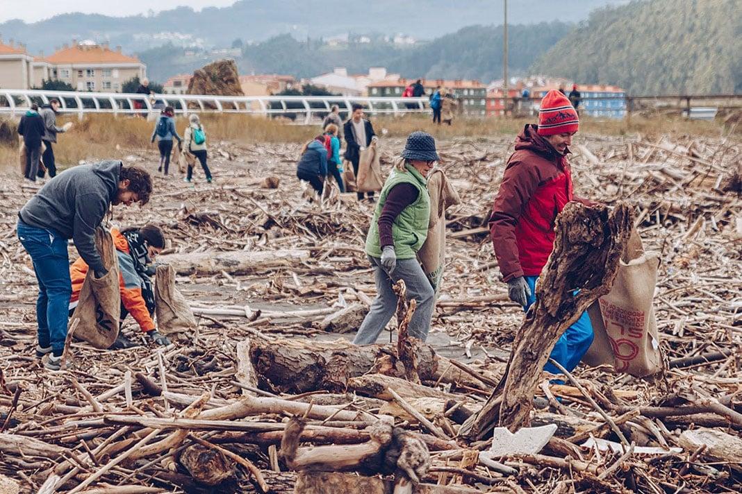 Recogida de basura en la playa de Los Quebrantos (Soto del Barco)
