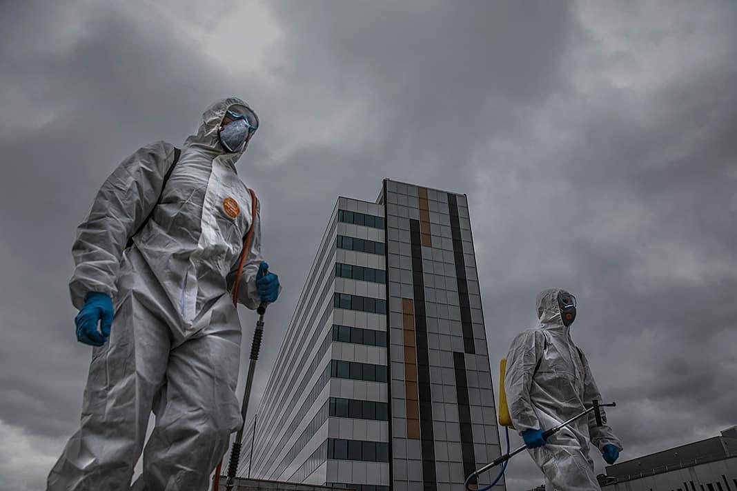 Dos soldados de UME desinfectan las inmediaciones del Hospital Central de Asturias al inicio de la crisis por la pandemia provocada por el Covid 19 en marzo de 2020