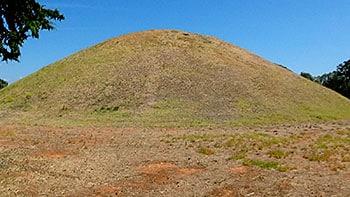 Tumulo donde se encuentran enterrados los 192 atenienses que perdieron la vida en la Batalla de Maratón.