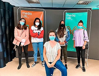 Andrea Ariznavarreta (dcha.) junto con varias voluntarias del Proyecto Superhéroes de MediaLab