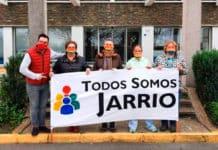 Miembros de Todos Somos Jarrio con el músico Iván Cano-