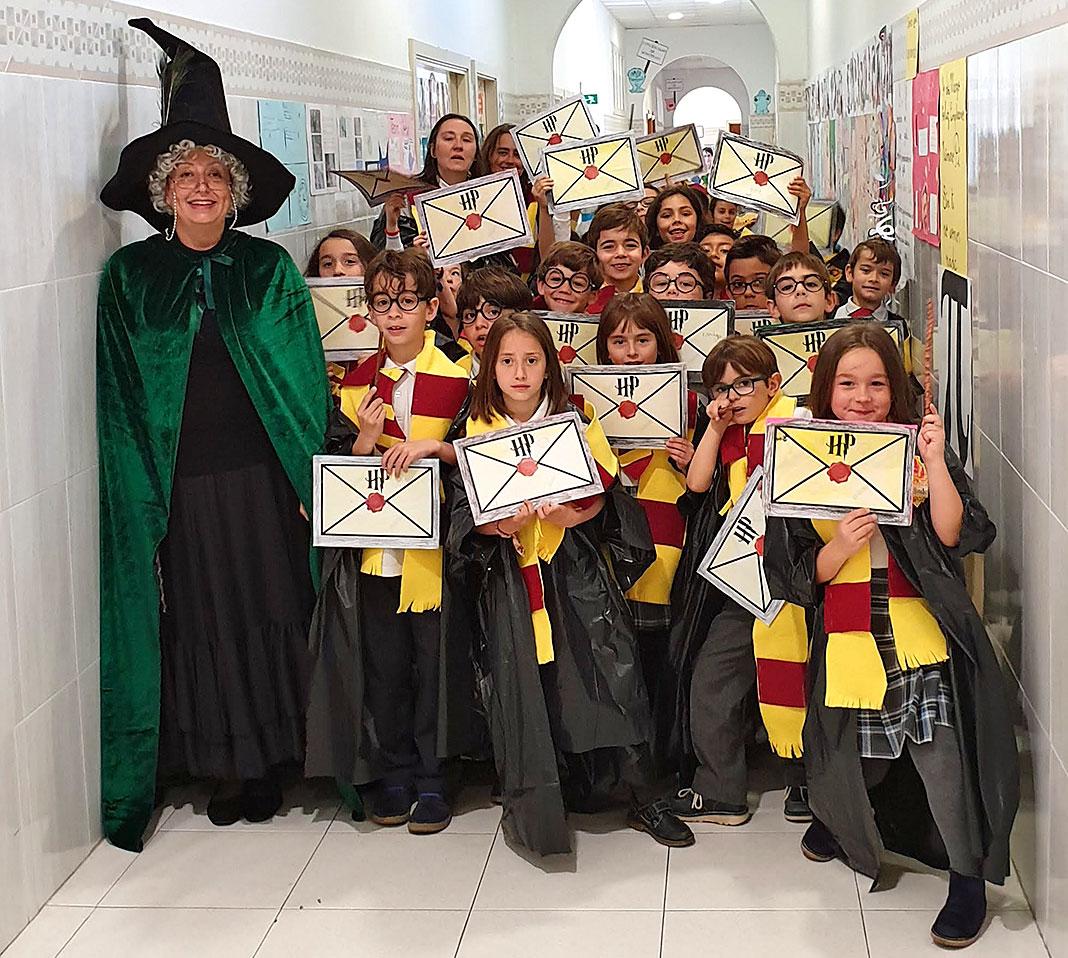 La profesora Elisa Beltrán con un grupo de alumnos disfrazados de Harry Potter