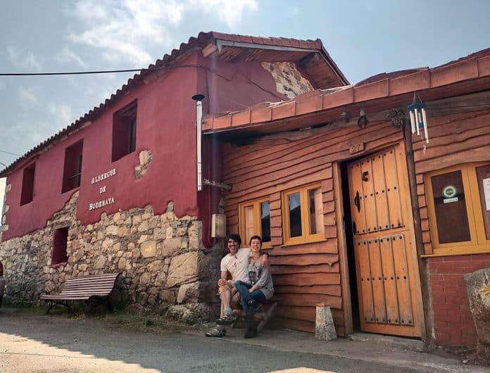 David Carricondo y Celia Gubea frente al Albergue de Bodenaya, el cual regentan.