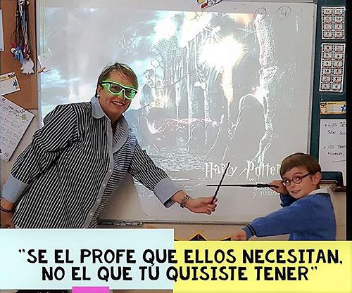 Elisa Beltrán, profesora asturiana, con uno de sus alumnos