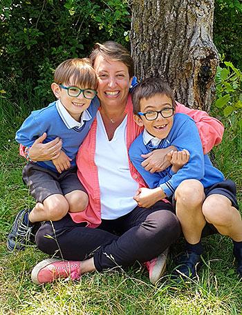 La profesora Elisa Beltrán con dos de sus alumnos