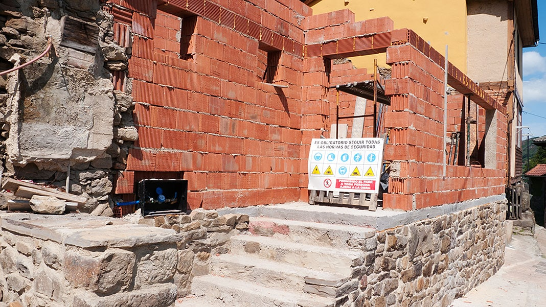 Obras del futuro centro social de Muriellos (Riosa)