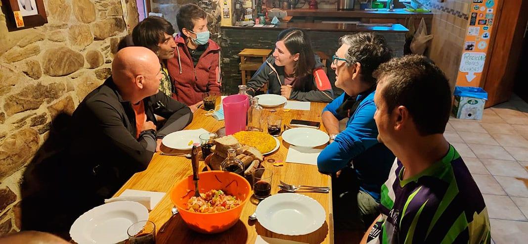 Comida junto a los peregrinos en el Albergue de Bodenaya (Salas)