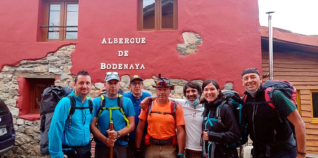 Peregrinos frente al Albergue de Bodenaya (Salas)