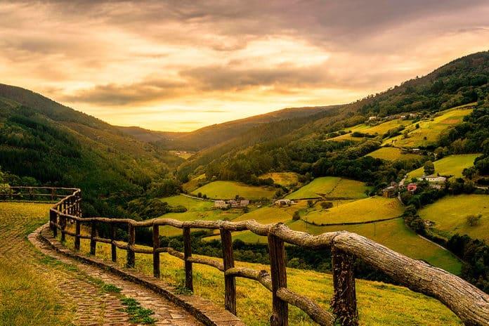 Atardecer en uno de los valles de Taramundi (Asturias)