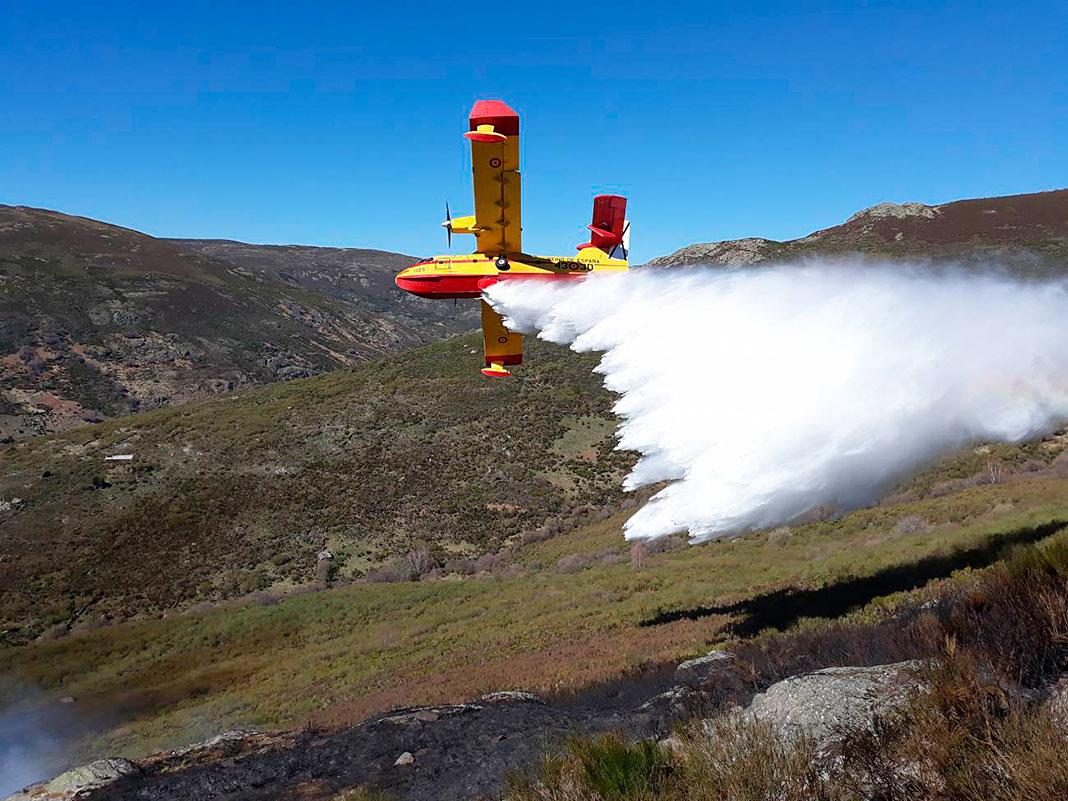 Avioneta de descarga de agua tras un incendio