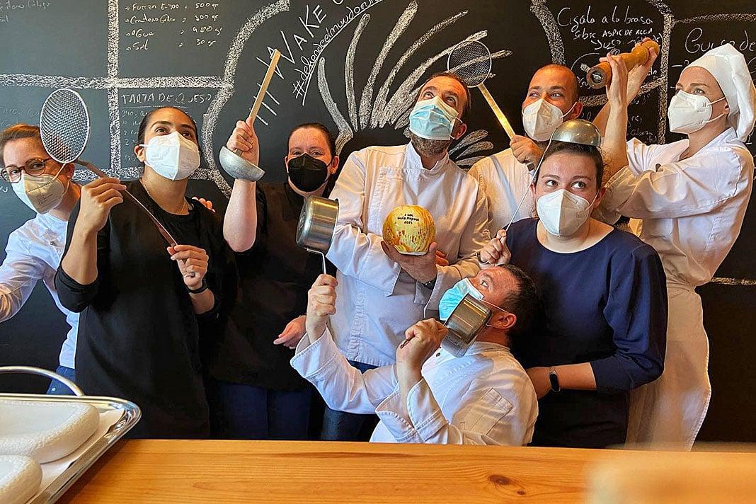 Parte del equipo del Restaurante Ferpel con el premio Sol de Repsol