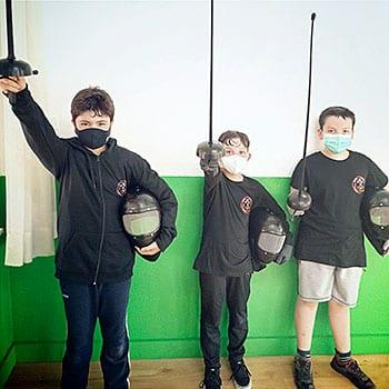 Niños de la Escuela Asturiana de Esgrima Antigua en la sala de Oviedo