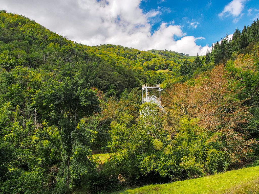 Castillete del pozo San Fernando en Orillés, Aller, imagen de portada de Asturias Industrial. (Asturias)