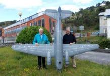 Los Corredoria, en Arnao, con un avión de la Segunda Guerra Mundial al que solo le falta la fase final de pintura.