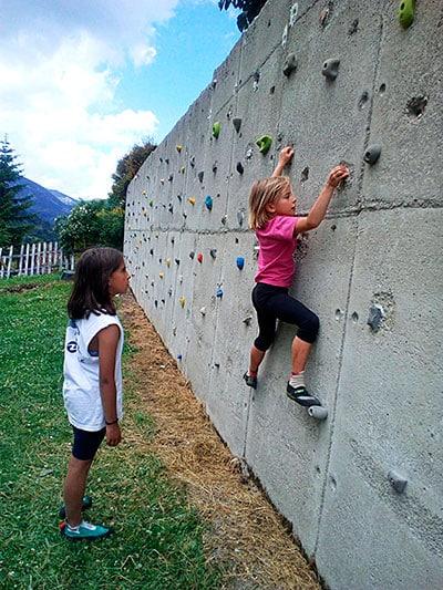 Escalada en rocódromo. F.E.M.P.A. y Torrecerredo, montaña entre los más jóvenes