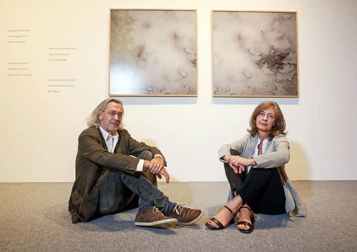 El poeta asturiano Fernando Beltrán y la artista plástica y fotógrafa Rosa Juanco el día de la inauguración de la exposición