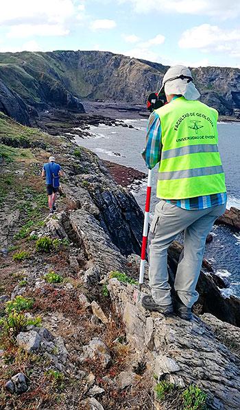 Geólogos estudiando la evolución de los argayos en la costa asturiana